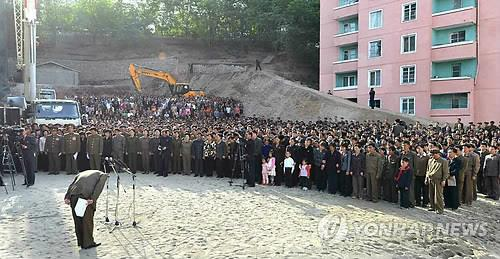 A North Korean official is bowing in apology to citizens over an apartment building collapse at a construction site in Pyongyang, the state-run newspaper Rodong Sinmun reports on May 18, 2014. (Photo courtesy of Rodong Sinmun) (Yonhap)