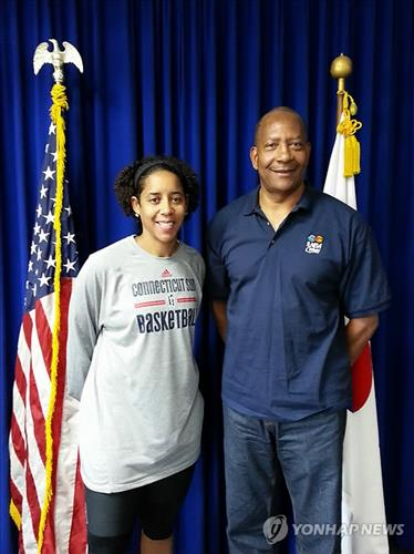 Former WNBA All-Star Nykesha Sales (L) and the Naismith Memorial Basketball Hall of Famer Alex English are visiting Seoul as Sports Envoys for the State Department. (Yonhap)