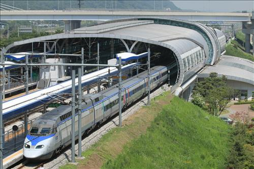 A KTX train at Geomam Station on the railroad linking Seoul with Incheon International Airport. (Yonhap file photo)