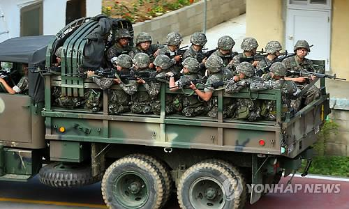 A military truck carries troop members to the site of a firefight between the troops and a runaway soldier in Goseong, Gangwon Province, on June 22, 2014, after he killed five of his comrades in a shooting spree at a frontline Army unit in the border town. (Yonhap)