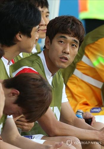 South Korean forward Park Chu-young watches action from the bench during his team's 1-0 loss to Belgium at the FIFA World Cup in Sao Paulo, Brazil, on June 26, 2014. (Yonhap)