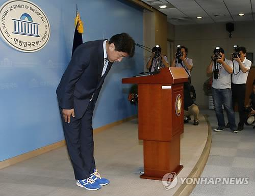 Ki Dong-min, the main opposition party's candidate for Seoul's Dongjak-B constituency in the July 30 by-elections, bows before a press conference in Seoul on July 24, 2014, to annouce his withdrawal from the race. (Yonhap)