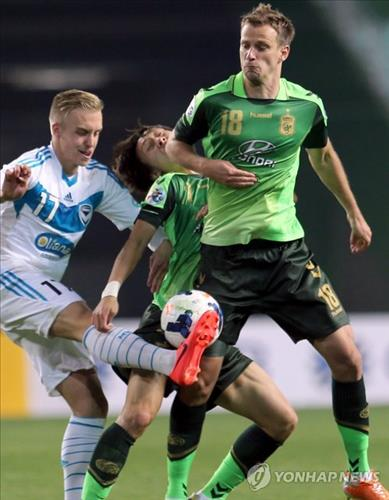 Alex Wilkinson, far right, defensive back for Jeonbuk Hyundai Motors in the K League Classic, is in action against Melbourne Victory during the AFC Champions League. (Yonhap file photo)