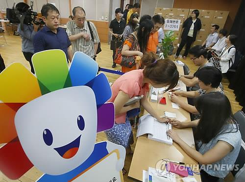Voters cast their ballots for South Korea's largest-ever parliamentary by-elections on July 30, 2014. A record 15 parliamentary seats are up for grabs.(Yonhap)
