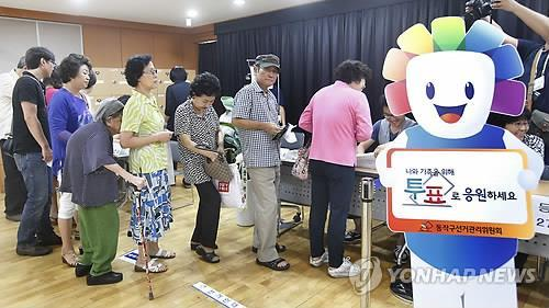 Voters cast their ballots in South Korea's largest-ever parliamentary by-elections on July 30, 2014. A record 15 parliamentary seats are up for grabs.(Yonhap)