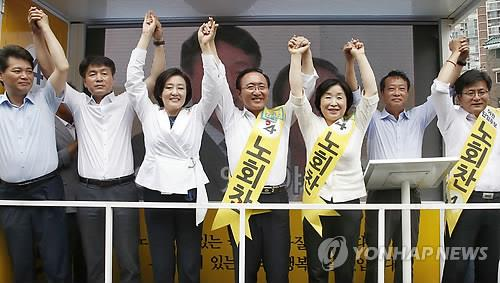 Leaders of the main opposition New Politics Alliance for Democracy and the minor opposition Justice Party campaign for the Justice Party's Roh Hoe-chan (C) in Seoul's Dongjak-B constituency on July 29, 2014. (Yonhap)