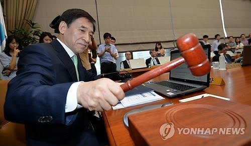 Bank of Korea Gov. Lee Ju-yeol attends a monetary policy committee meeting on Aug. 14, 2014. (Yonhap)