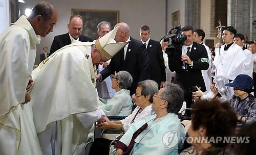 Pope Francis offers condolences to Korean women who were forced into sexual slavery by the Japanese Imperial Army during World War II at a Mass for peace and reconciliation in Seoul on Aug. 18, 2014. (Yonhap)