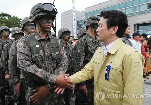 Gyeonggi Governor Nam Kyung-pil shakes hands with an Army draftee who took part in the Ulchi exercises, on Aug. 19, 2014. (Yonhap)