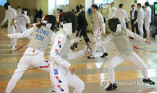 South Korean fencers are in action during their practice on Aug. 27, 2014, at the National Training Center in Seoul. (Yonhap)