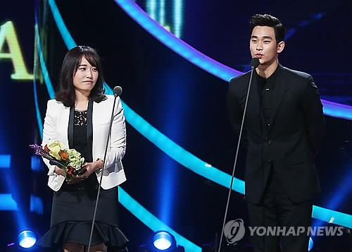 South Korean actor Kim Soo-hyun (R) speaks during the 9th Seoul International Drama Awards ceremony in Seoul on Sept. 4, 2014. (Yonhap)