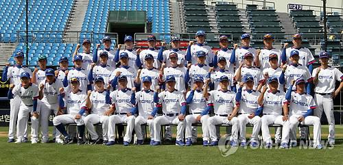 South Korea's baseball team players and coaching staff pose ahead of the official practice session in Seoul on Sept. 16, 2014. (Yonhap)