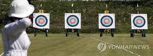 A South Korean archer aims for the bulls-eye at a training field in Incheon, just west of Seoul, on Sept. 16, 2014. (Yonhap)