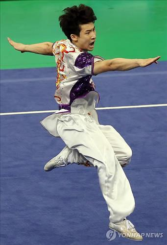 South Korean Lee Ha-sung clinched the gold in the Men's Changquan Event at the 17th Asian Games Wushu competition in Incheon on Sept. 20 2014. (Yonhap)