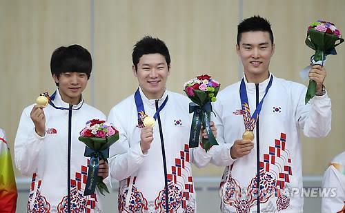 Kim Cheong-yong (L), Jin Jong-oh (2nd from L) and Lee Dae-myung