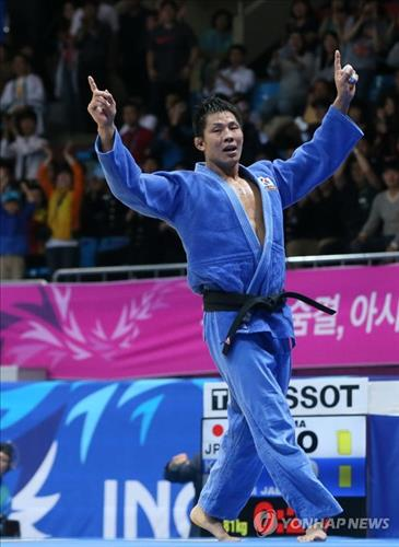 South Korea's Kim Jae-bum cheers after winning the men's 81kg judo at the Incheon Asian Games on Sept. 21, 2014. (Yonhap)