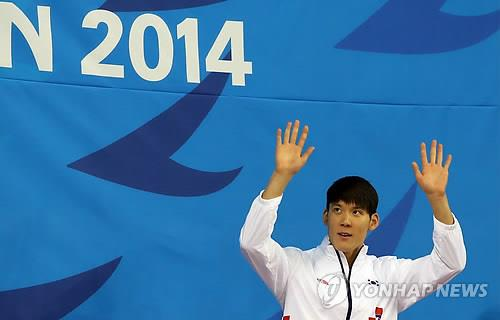 Park Tae-hwan waves to the crowd before receiving his bronze medal in the men's 200-meter freestyle at the Asian Games on Sept. 23, 2014. (Yonhap)