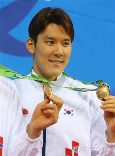 Park Tae-hwan poses with his Asian Games bronze medal from the men's 4x100-meter medley relay event on Sept. 26, 2014. (Yonhap)