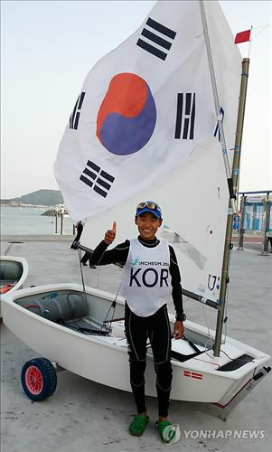 Park Sung-bin, 14, poses after winning the gold medal in the men's optimist sailing event at the Incheon Asian Games on Sept. 30, 2014. (Yonhap file photo)