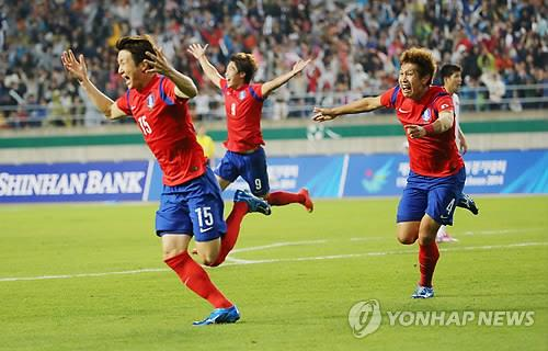 South Korea's Rim Chang-woo, far left, celebrates after scoring the winner against North Korea in men's football final at the Asian Games on Oct. 2, 2014. (Yonhap)