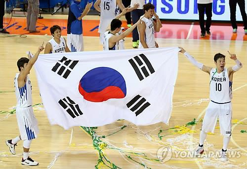 South Korean basketball players celebrate their victory over Iran in the final at the Incheon Asian Games on Oct. 3, 2014. (Yonhap file photo)