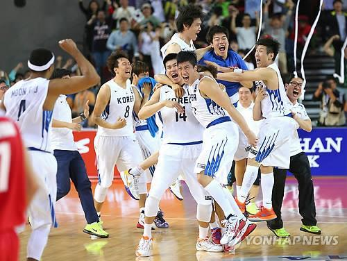South Korean players celebrate their victory over Iran for the Asian Games men's basketball gold medal on Oct. 3, 2014. (Yonhap)