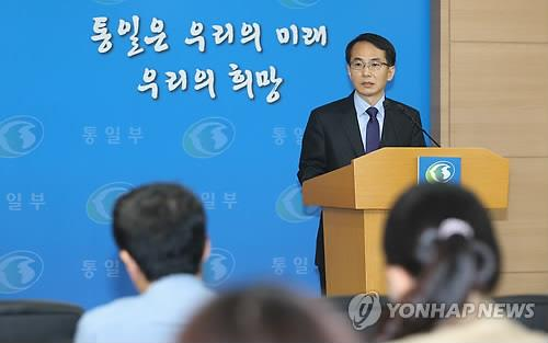 Unification ministry spokesman Lim Byeong-cheol holds a briefing to announce the visit of the high-ranking delegation to the Incheon Asian Games on Oct. 4, 2014. (Yonhap)