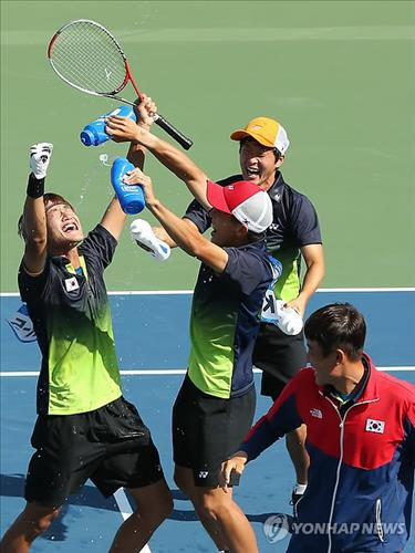 South Korea's soft tennis players celebrate their victory over Japan in the men's team final at the Incheon Asian Games on Oct. 4, 2014. (Yonhap)