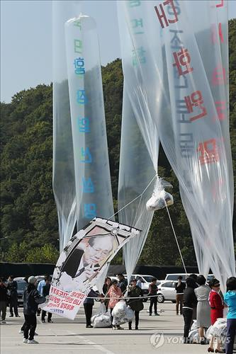 Activists launch balloons carrying anti-Pyongyang leaflets into the North at the border village of Paju on Oct. 10, 2014. (Yonhap)