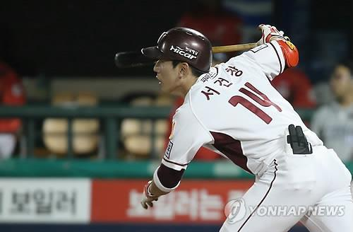 Seo Geon-chang of the Nexen Heroes runs toward first base after getting his 200th hit of the season on Friday in Seoul on Oct. 17, 2014. (Yonhap)