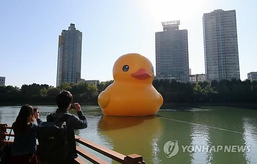 Dutch artist Florentijn Hofman's rubber duck is on display at Seokchon Lake in southwestern Seoul on Oct. 14, 2014. (Yonhap)