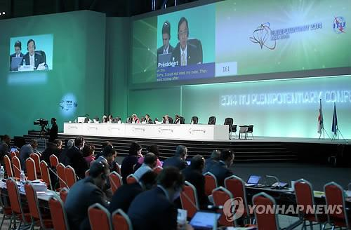 Members of the International Telecommunications Union (ITU) hold a meeting on Nov. 6, 2014. They are set to end their three-week conference on Nov. 7 that discussed how the global community can be connected online and affirmed that information and communication technologies can contribute greatly to solving cross-border issues. (Yonhap)