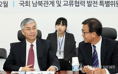 Chinese ambassador to South Korea Qiu Guohong (L) speaks to Rep. Won Hye-young of the main opposition New Politics Alliance for Democracy (NPAD) during a meeting in Seoul on Nov. 26, 2014. (Yonhap)