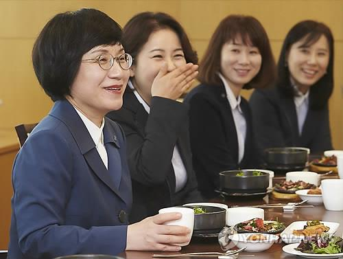 Industrial Bank of Korea President Kwon Seon-joo (L), the country's first female to head a bank, speaks with employees working on a flexible time schedule. (Photo courtesy of Industrial Bank of Korea)