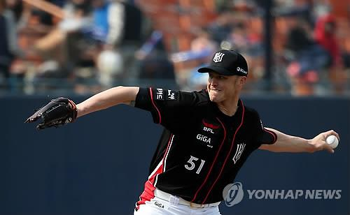 Andy Sisco of the KT Wiz delivers a pitch in a KBO preseason game against the Nexen Heroes in Seoul on March 8, 2015. (Yonhap file photo)