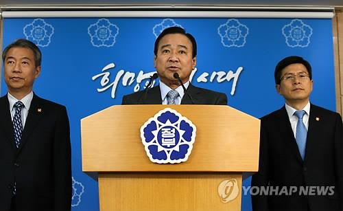 Prime Minister Lee Wan-koo (C) declares an all-out war against corruption in his first statement to the public on March 12, 2015. (Yonhap)