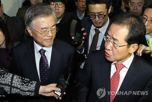 NPAD Chairman Moon Jae-in (L) and South Gyeongsang Province Gov. Hong Joon-pyo (R) leave the provincial government building in Changwon, 398 kilometers southeast of Seoul, on March 18, 2015. (Yonhap)