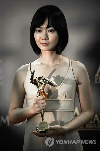 South Korean actress Bae Doona holds the best actress award at the ninth Asian Film Awards in Macau on March 25, 2015. (AFP-Yonhap)