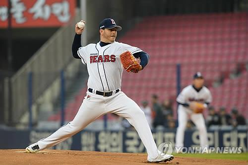 Yunesky Maya of the Doosan Bears delivers a pitch en route to tossing a no-hitter against the Nexen Heroes in Seoul on April 9, 2015. (Photo courtesy of the Doosan Bears) (Yonhap)