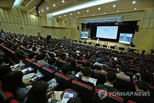 Participants listen to a presentation by the state-run Korea Water Resources Corp., introducing its smart water management system at the 7th World Water Forum in Daegu, South Korea, on April 16, 2015. (Yonhap)