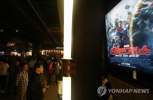 "Moviegoers wait to buy tickets for the Hollywood blockbuster ""Avengers: Age of Ultron"" at a Seoul theater on April 26, 2015 (Yonhap)"