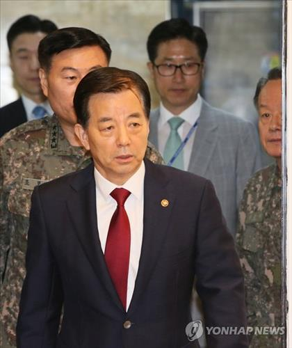 Defense Minister Han Min-koo is on his way to attend an emergency security meeting with the ruling Saenuri Party on May 11, 2015. (Yonhap)