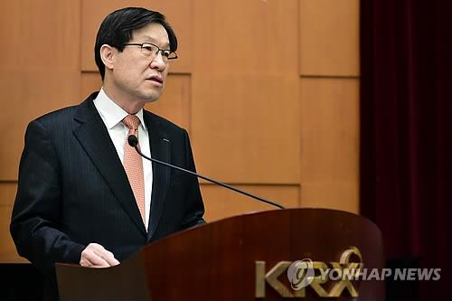 POSCO CEO Kwon Oh-joon unveils his 2015 business plans during a meeting with investors held in Seoul on Feb. 5, 2015. (Yonhap)