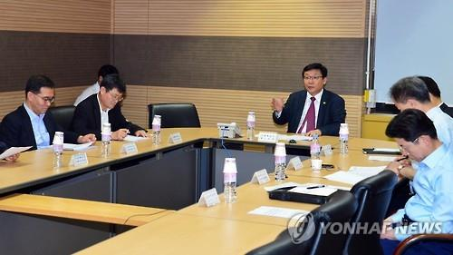 Vice Finance Minister Joo Hyung-hwan (C) chairs a meeting of government officials aimed at coping with the MERS outbreak in Seoul on June 4, 2015. (Yonhap)