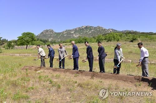 A group of South Korean cultural heritage officials and historians turn the first shovelful of dirt during a ceremony held in the North Korean border town of Kaesong on June 4, 2015, to mark the start of this year's inter-Korean joint excavation of the site of Manwoldae, a Goryeo Dynasty (918-1392) palace, in the city. The six-month project will last until Nov. 30. (Yonhap)