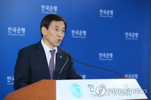 Bank of Korea Governor Lee Ju-yeol outlines the decision behind the rate cut in Seoul on June 11, 2015. (Yonhap)