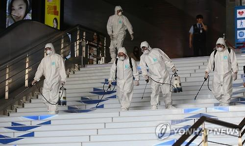 MERS decontamination efforts are underway at a subway station in Seoul on June 11, 2015. (Yonhap)