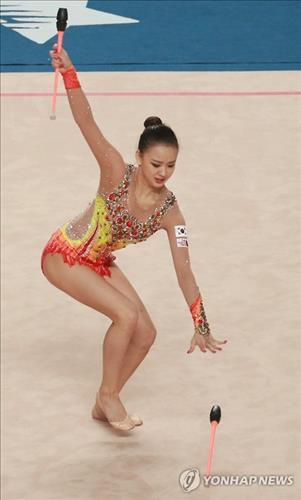 South Korean rhythmic gymnast Son Yeon-jae drops one of her clubs during an individual final at Kwangju Women's University Gymnasium on July 13, 2015. (Yonhap)