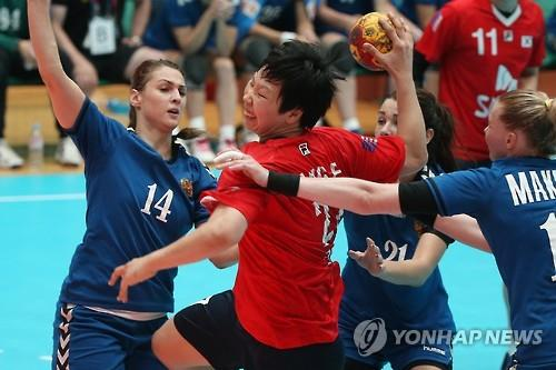 South Korea's Kang Eun-hye (second from L) tries to take a shot against Russia in the women's handball final at the Summer Universiade in Naju, South Korea, on July 13, 2015. (Yonhap)