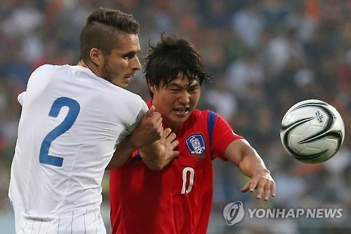 Daniel Cappelletti of Italy (L) and Kim Gun-hee of South Korea battle for the ball during the men's football final at the Universiade in Naju, South Korea, on July 13, 2015. (Yonhap)